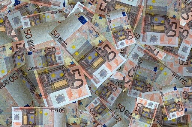 Zmones kurie gali paskolinti pinigu